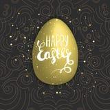 Pascua feliz con el huevo de oro en fondo oscuro Letras de la mano Ilustración del vector Foto de archivo libre de regalías
