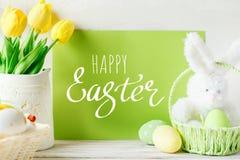 Pascua feliz Fondo congratulatorio de pascua Huevos y flores de Pascua imagenes de archivo