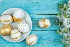 Pascua feliz huevos aislados en fondo de madera de la tabla Bolas, guirnalda tejida de las vides Copie el espacio para el texto t Imagen de archivo libre de regalías