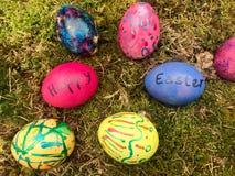Pascua feliz - huevos de Pascua coloridos en musgo verde Fotos de archivo libres de regalías