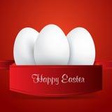 Pascua feliz Huevos de Pascua blancos envueltos en cinta roja Foto de archivo