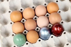 Pascua feliz Huevos de Pascua coloridos en la bandeja del papel Foto de archivo