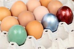 Pascua feliz Huevos de Pascua coloridos en la bandeja del papel Fotos de archivo libres de regalías