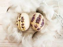 Pascua feliz Huevos de Pascua con decoupage de la lavanda y abajo Imagen de archivo