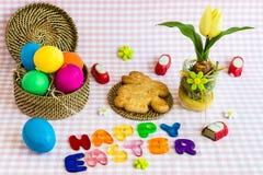 Pascua feliz Huevos de Pascua con la torta del conejo fotos de archivo