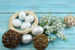 Pascua feliz Huevos en fondo de madera de la tabla Bolas, guirnalda tejida de las vides Copie el espacio para el texto Visión sup Fotos de archivo