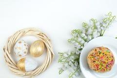 Pascua feliz Huevos pintados en el fondo blanco Kulich tradicional ruso y ucraniano de la torta de Pascua -, Paska Pascua foto de archivo