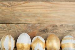 Pascua feliz Huevos pintados en la tabla de madera Visión superior imágenes de archivo libres de regalías
