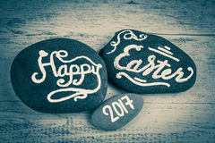 Pascua feliz 2017 letras escritas en los guijarros en negro y pizca Imágenes de archivo libres de regalías