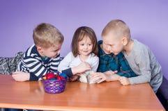 Pascua feliz, niños está jugando con el conejo Foto de archivo libre de regalías