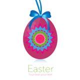 Pascua feliz que cuelga la tarjeta de felicitación rosada del huevo Fotos de archivo libres de regalías