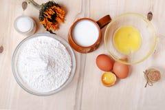 Pascua fijó: huevos, montón de la harina, vidrio de leche, azúcar Imagen de archivo libre de regalías