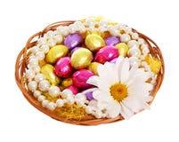 Pascua. Huevos de chocolate coloridos con la flor de la manzanilla Imagenes de archivo