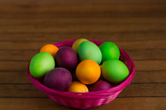 Pascua, huevos de Pascua en cesta en un fondo de madera marrón Fotografía de archivo