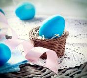 Huevos de Pascua en la cesta Imagen de archivo