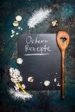 Pascua que cocina el fondo con la inscripción en alemán: Ostern Rezepte Fotos de archivo libres de regalías