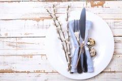 Pascua que pone las citas de tabla, opciones del ajuste de la tabla Cubiertos, artículos del vajilla con la decoración festiva Bi Foto de archivo libre de regalías