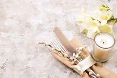 Pascua que pone las citas de tabla, opciones del ajuste de la tabla Cubiertos, artículos del vajilla con la decoración festiva Bi Imágenes de archivo libres de regalías