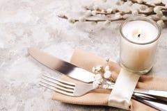 Pascua que pone las citas de tabla, opciones del ajuste de la tabla Cubiertos, artículos del vajilla con la decoración festiva Bi Fotos de archivo