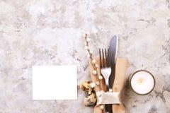 Pascua que pone las citas de tabla, opciones del ajuste de la tabla Cubiertos, artículos del vajilla con la decoración festiva Bi Fotos de archivo libres de regalías