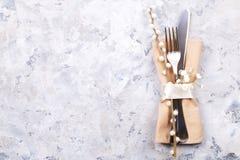 Pascua que pone las citas de tabla, opciones del ajuste de la tabla Cubiertos, artículos del vajilla con la decoración festiva Bi Imagenes de archivo