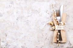Pascua que pone las citas de tabla, opciones del ajuste de la tabla Cubiertos, artículos del vajilla con la decoración festiva Bi Imagen de archivo libre de regalías