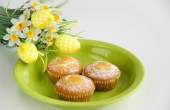 Pascua se apelmaza en la placa con las flores en blanco Fotografía de archivo