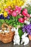 Pascua se dirige la decoración con las flores, el conejito y los huevos frescos de la primavera Fotografía de archivo libre de regalías