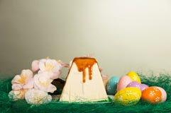 Pascua tradicional curds el postre, los huevos coloreados, las flores y los gras imagen de archivo