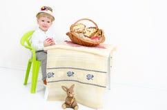 Pascua tradicional y niño fotografía de archivo