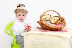 Pascua tradicional y niño Fotos de archivo