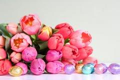 Pascua: tulipanes y huevos Fotografía de archivo libre de regalías