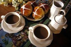 Pascua y bollos cruzados calientes Foto de archivo libre de regalías