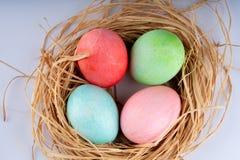 Pascua y huevos coloreados fotografía de archivo