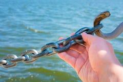 Pase la cadena cerrada que abre la mano foto de archivo libre de regalías