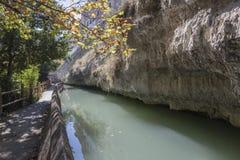 Pase a lo largo del río Jucar durante otoño, admita Alcala de t imagenes de archivo