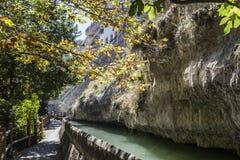 Pase a lo largo del río Jucar durante otoño, admita Alcala de t imagen de archivo