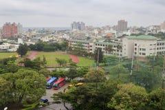 Pase por alto el campo atlético de la escuela de secundaria del meilun en lluvia Imagenes de archivo