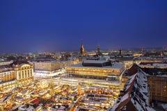 Pase por alto el mercado de la Navidad de la torre de la iglesia en Dresden Alemania foto de archivo