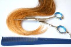 Pasemko włosy z nożycami i gręplą dla ostrzyżenia obrazy stock