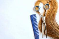 Pasemko włosy z nożycami i gręplą dla ostrzyżenia zdjęcie royalty free