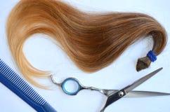 Pasemko włosy z nożycami i gręplą dla ostrzyżenia obrazy royalty free