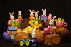 Konijnen en kuikens op chocolade Royalty-vrije Stock Afbeelding