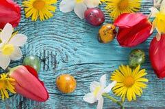 Pasen-achtergrond met bloemen Stock Fotografie