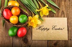 Pasen-achtergrond met de lentebloemen en document bladtekst Gelukkige Pasen Royalty-vrije Stock Fotografie