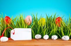 Pasen-achtergrond met kleurrijke eieren en groen gras royalty-vrije stock afbeelding