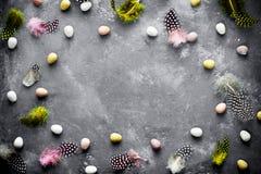 Pasen-achtergrond met minisuikergoedeieren en gespikkelde kleurrijke fea Royalty-vrije Stock Afbeeldingen