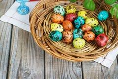 Pasen-achtergrond met paaseieren in de mand en de lentebloemen Stock Foto's