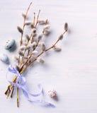 Pasen-Achtergrond met paaseieren en de lentebloemen Hoogste mening Royalty-vrije Stock Afbeelding