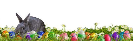 Pasen-achtergrond met paaseieren en Paashaas Stock Foto